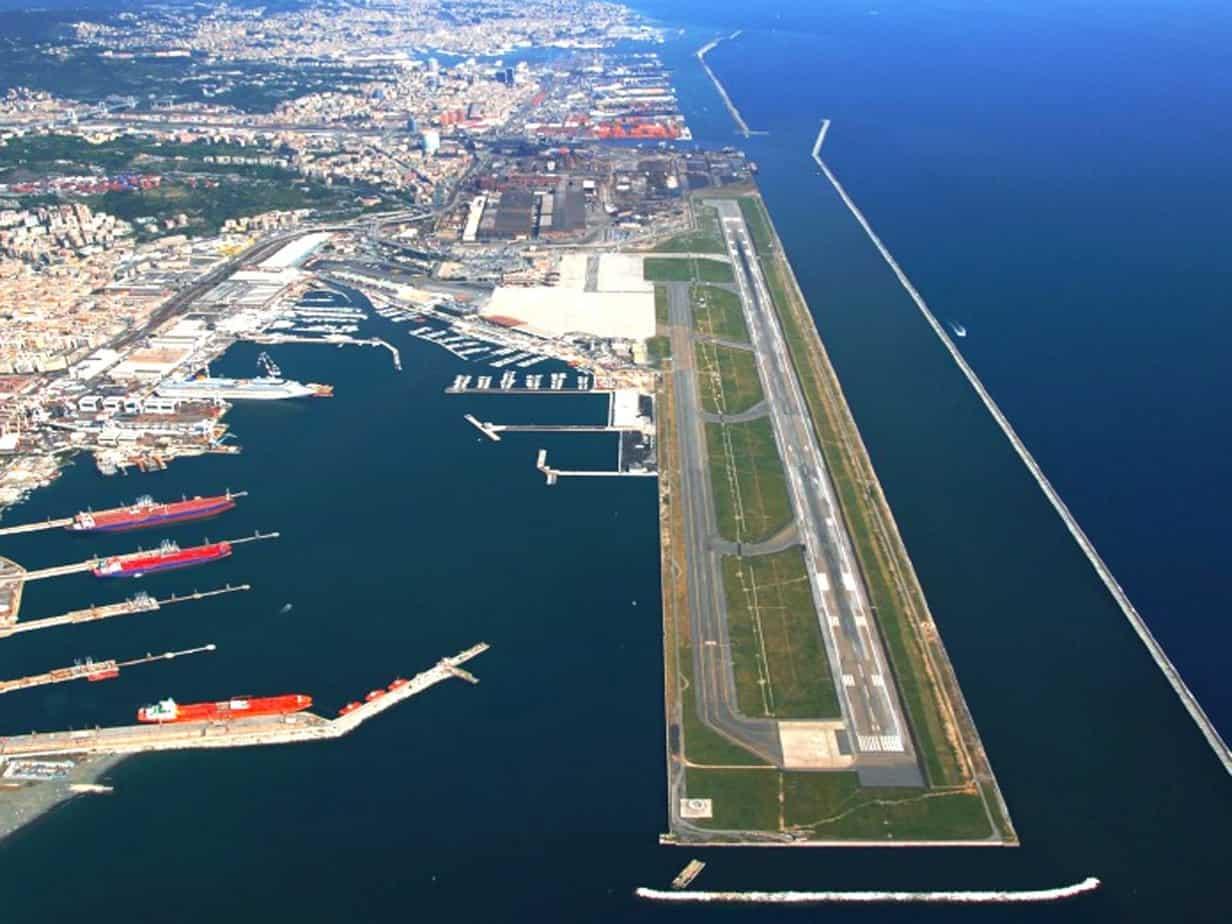 Una veduta aerea delle infrastrutture di volo dell'aeroporto Cristoforo Colombo di Genova - Sestri Ponente