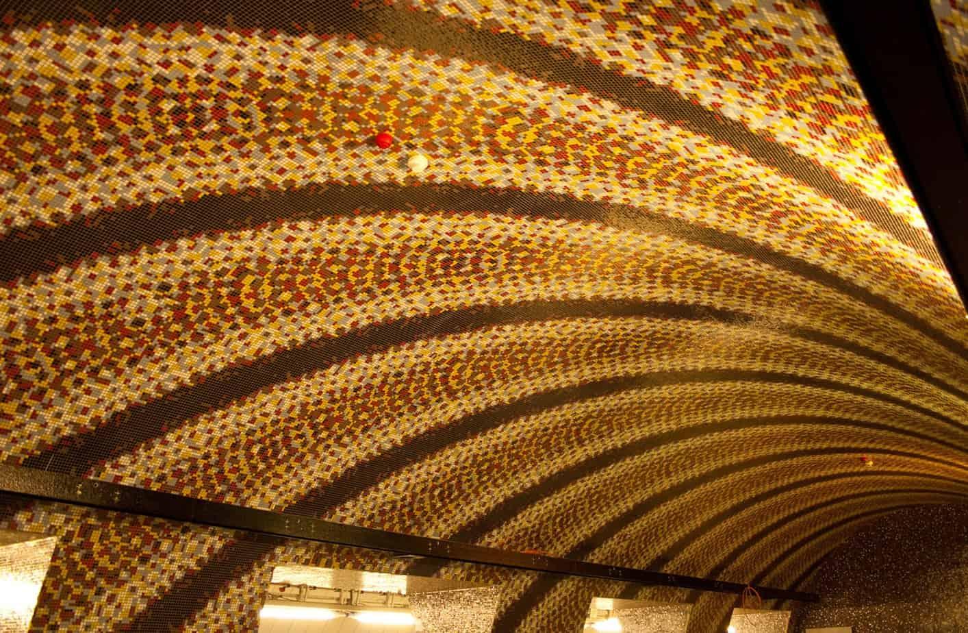 L'Assistenza Tecnica Mapei ha collaborato con le Imprese che hanno seguito la realizzazione strutturale dell'opera e la posa delle piastrelle, dei mosaici e dei rivestimenti in resina all'interno delle diverse stazioni