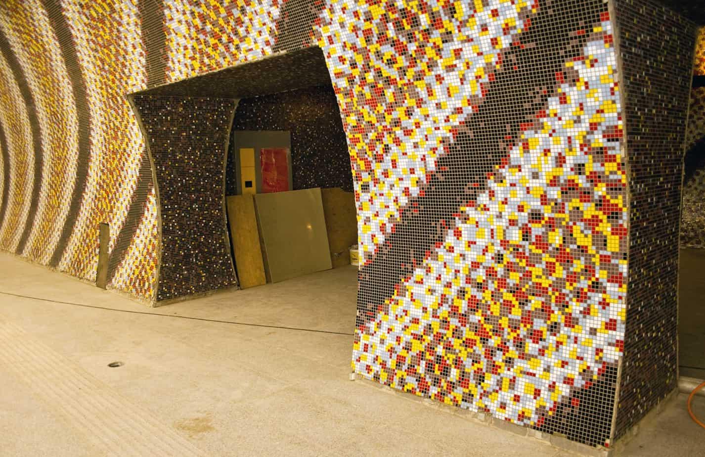 Alcune stazioni della Linea M4 sono state decorate con grandi mosaici realizzati su disegni creati da artisti e architetti, ciascuno dei quali presentava motivi, metrature e difficoltà diverse