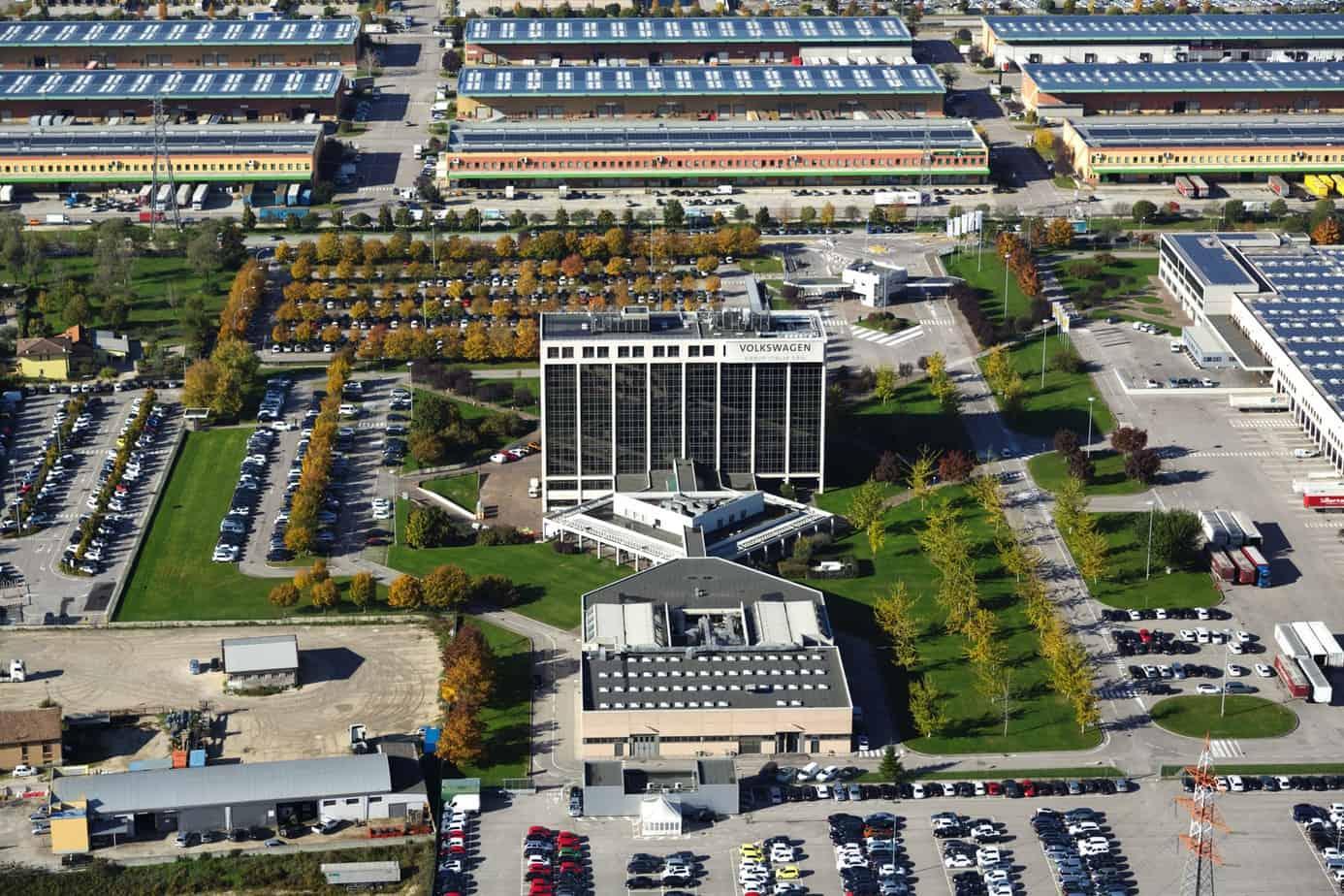 L'edificio per uffici con salone espositivo e un magazzino logistico da 60.000 m2 del Wolkswagen Group
