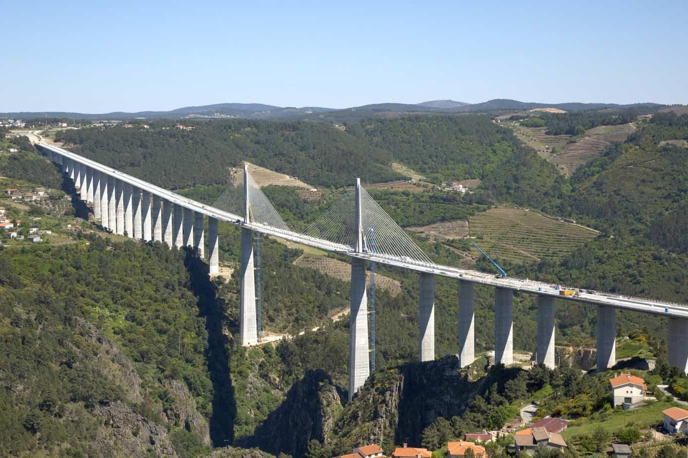Il viadotto della vallata del fiume Corgo, lungo 2.796 m e con campata centrale di 300 m