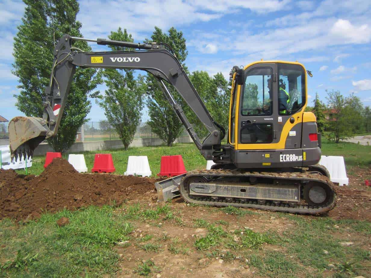L'escavatore cingolato Volvo ECR88Plus al lavoro