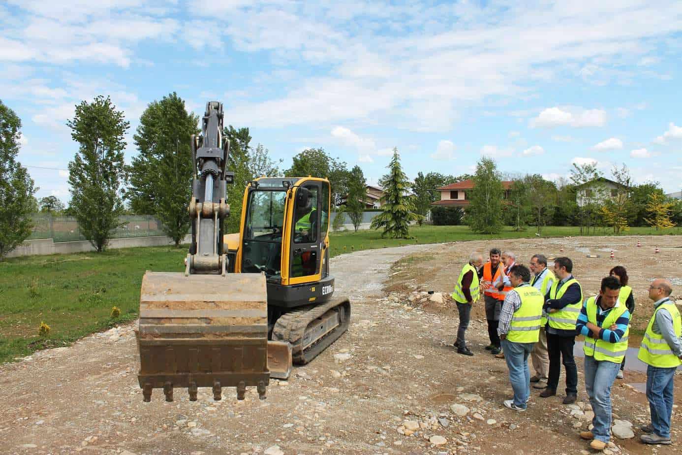 I Giornalisti specializzati attendono il loro turno per effettuare la prova pratica sull'escavatore Volvo