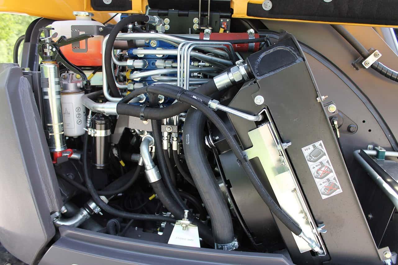 Il distributore idraulico è un Bosch Rexroth load-sensing a centro chiuso. Attrezzatura e traslazione lavorano su due circuiti completamente indipendenti