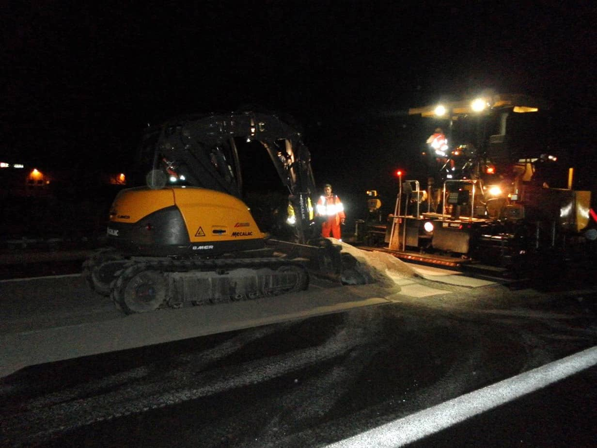 Il Mecalac 6MCR impegnato in un cantiere notturno sulla A1. La verifica delle potenzialità di questa macchina in questo contesto ha definitivamente convinto la Sodi Strade Srl all'acquisto