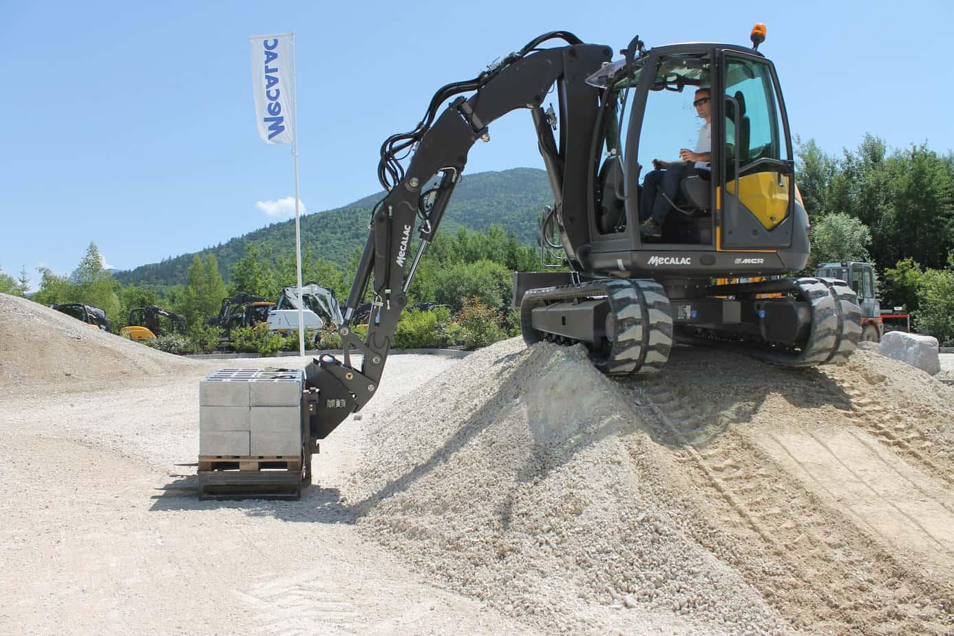 Il Mecalac 6MCR è in grado di operare anche come sollevatore con una mobilità preclusa a ogni altra macchina presente sul mercato. Può infatti collocare dei pallet in fondo a uno scavo o all'interno di un edificio superando in polivalenza ogni altro sollevatore oggi in commercio
