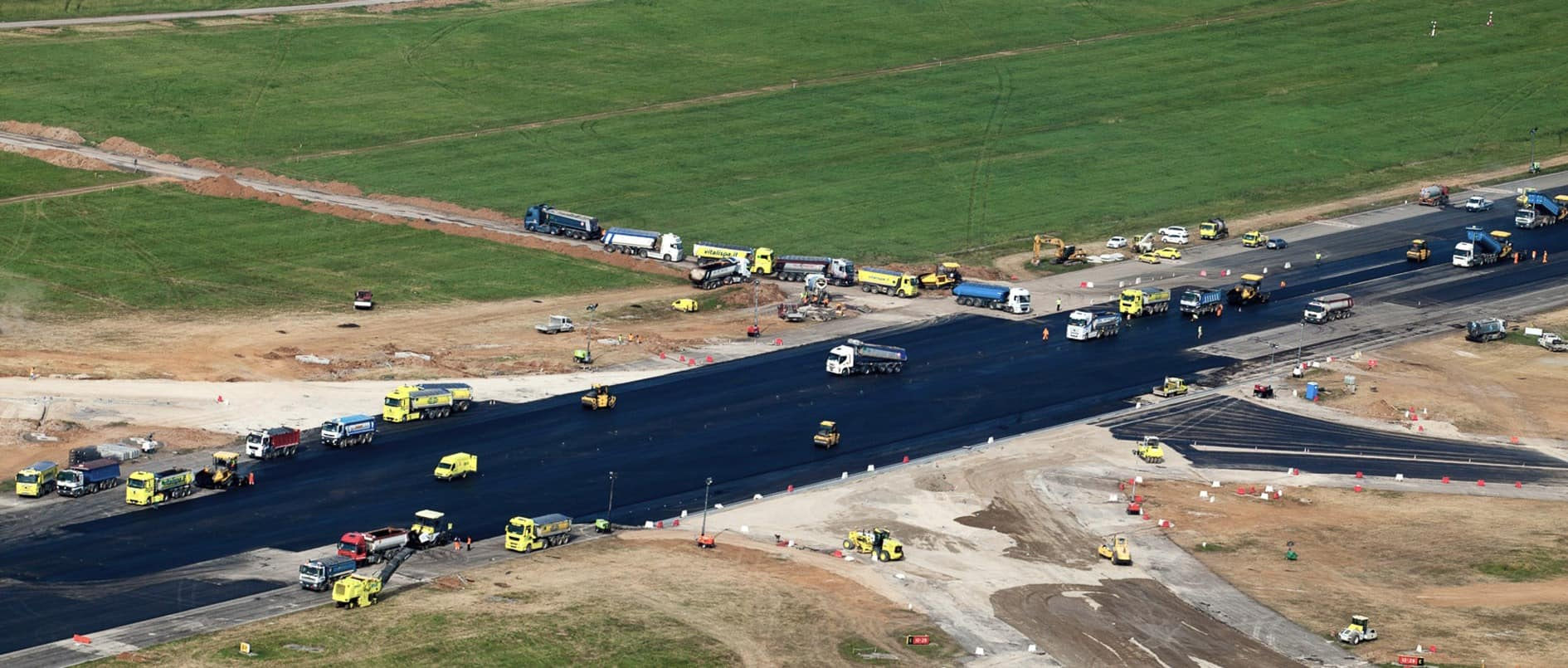 Nel cantiere di Orio al Serio si sono visti numeri importanti con il rifacimento totale della pista per unasuperficie complessiva di 550.000 m2, oltre 400 km di cavi posati, 2.000 nuove luci a LED, 70.000 m2di segnaletica orizzontale per un investimento complessivo di oltre 50 milioni di Euro