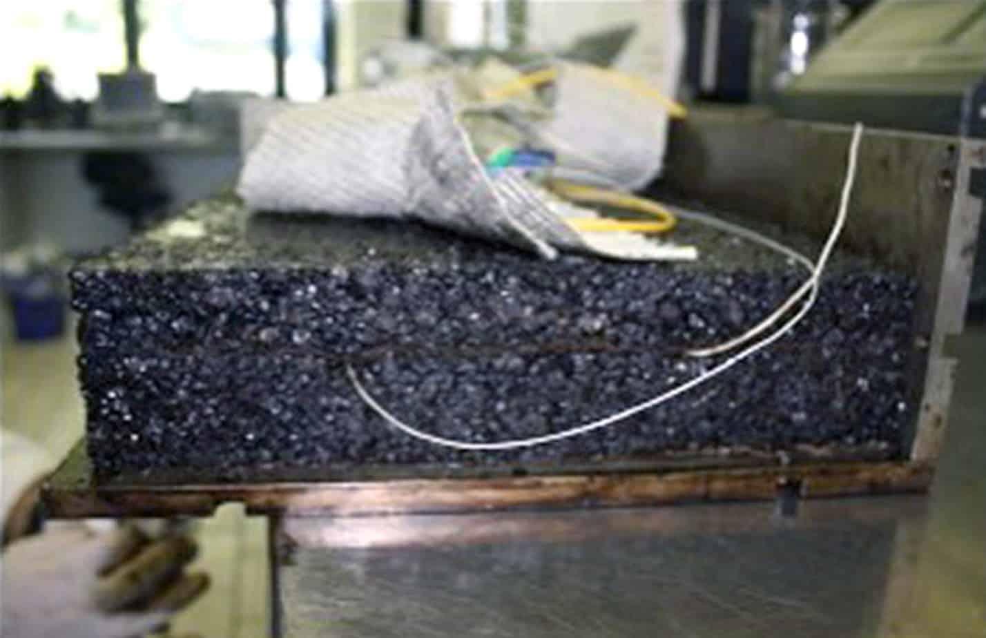 La piastra con le fibre ottiche inserite nel mezzo