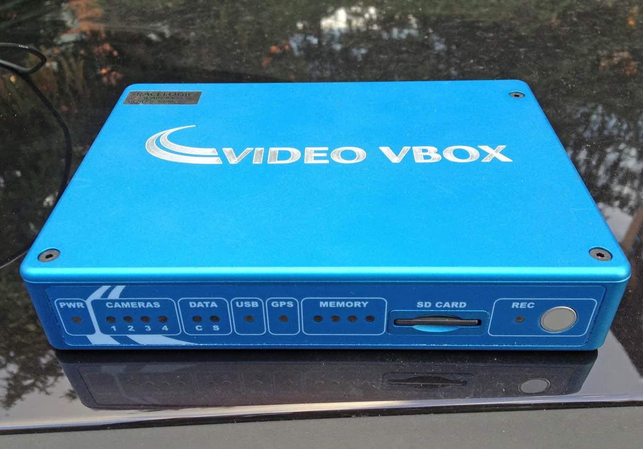 Il video V-Box Pro, i cui componenti sono sistemati sul tetto del veicolo di prova