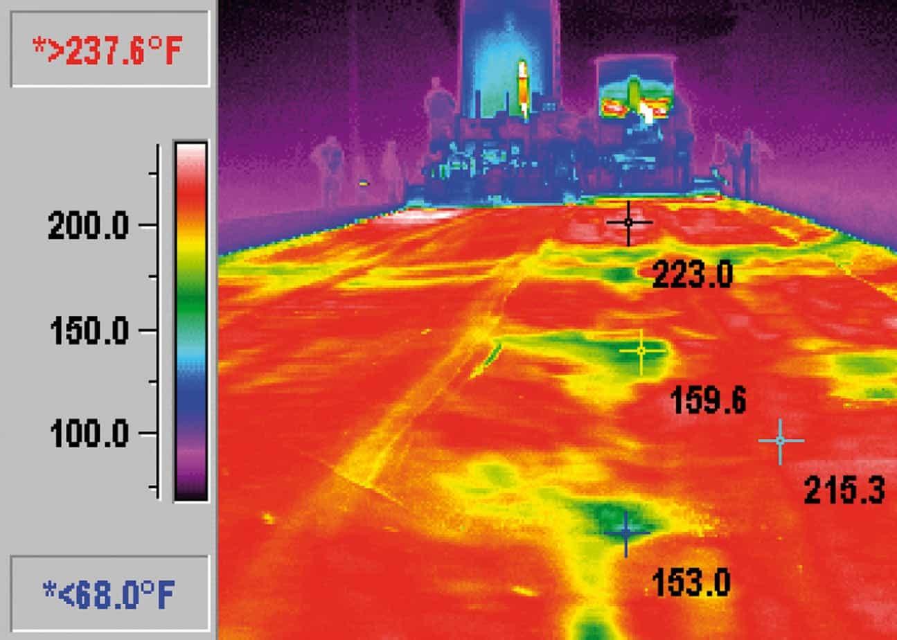 L'apparecchiatura a raggi infrarossi permette di osservare le differenze termiche di un manto stradale appena realizzato
