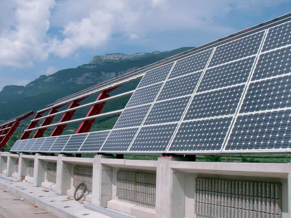 Una fase di realizzazione barriera: l'installazione moduli fotovoltaici