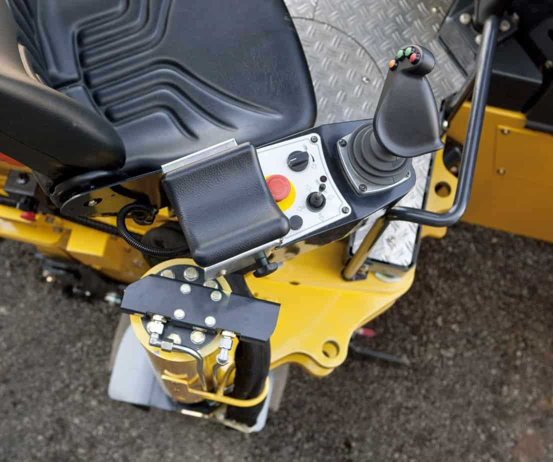 Il sedile, ruotabile di 45 gradi garantisce una visuale sicura sul camion da un lato e sul bordo della fresa dall'altro