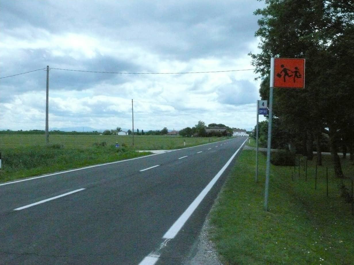 La strada in due foto scattate nel 2010, a Castiglione Savio di Ravenna sulla S.P. 51, mantenuta con rappezzature sistematiche dal 1990 circa fino al 2005, quando è stata ricoperta con uno strato di slurry seal, quindi con ridottissimi costi nel tempo