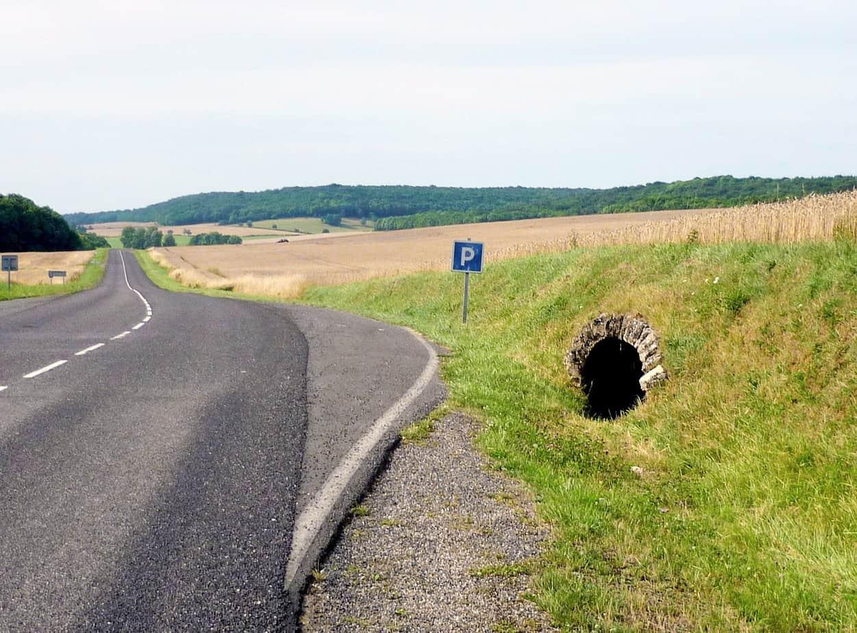 Una strada dipartimentale tra Gorze e Novéant in Lorraine