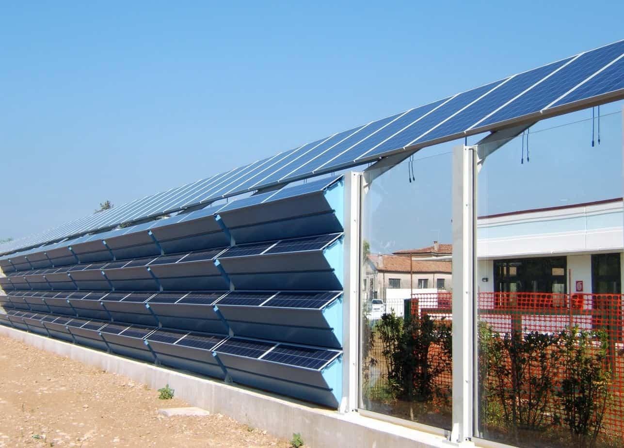 Due esempi di barriera con pannelli fonoassorbenti integrati con moduli fotovoltaici