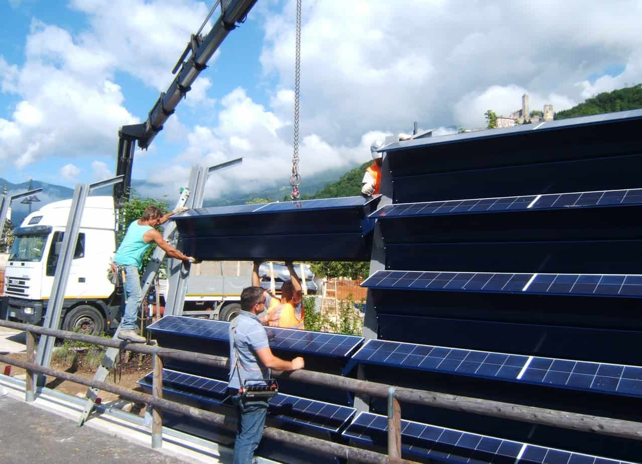 La fase di montaggio della barriera con pannelli integrati risulta semplice e l'ingombro occupato è ridotto