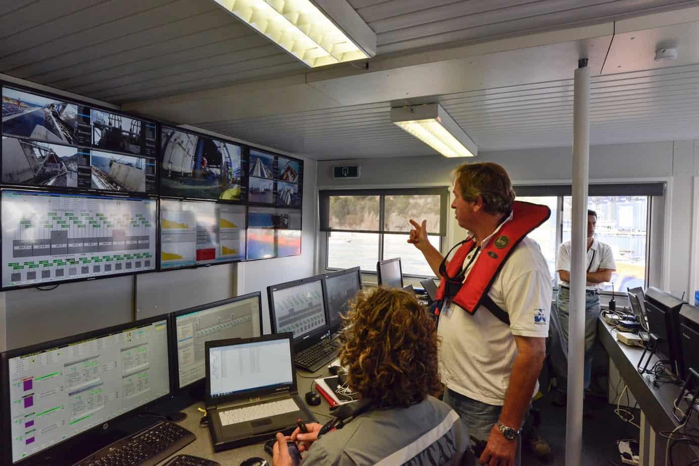 I monitor si trovano anche nella Salvage Room (gli uffici dislocati a terra), per permettere di seguire le operazioni e fornire assistenza