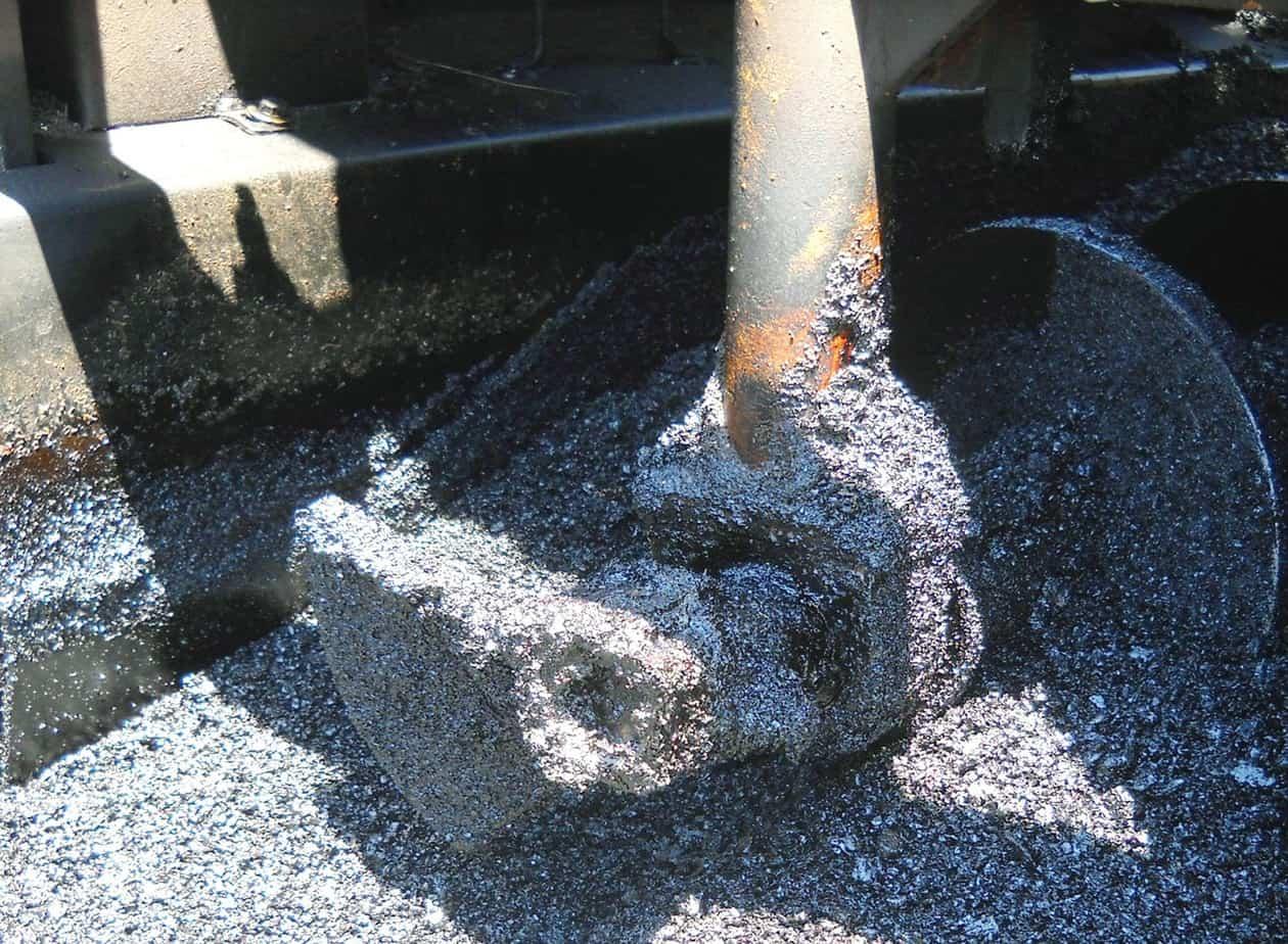 Un intervento di manutenzione su una Strada Provinciale: la stesa del conglomerato bituminoso fibrorinforzato con Iterfibra CS