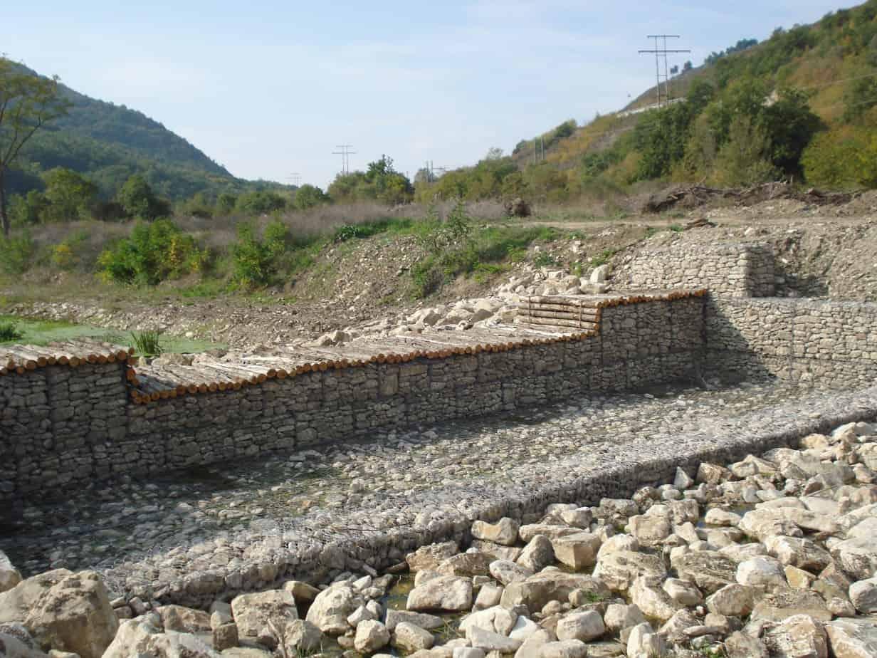 Le briglie in gabbioni con protezioni in materassi a Reno sul fiume Cervaro (AV)