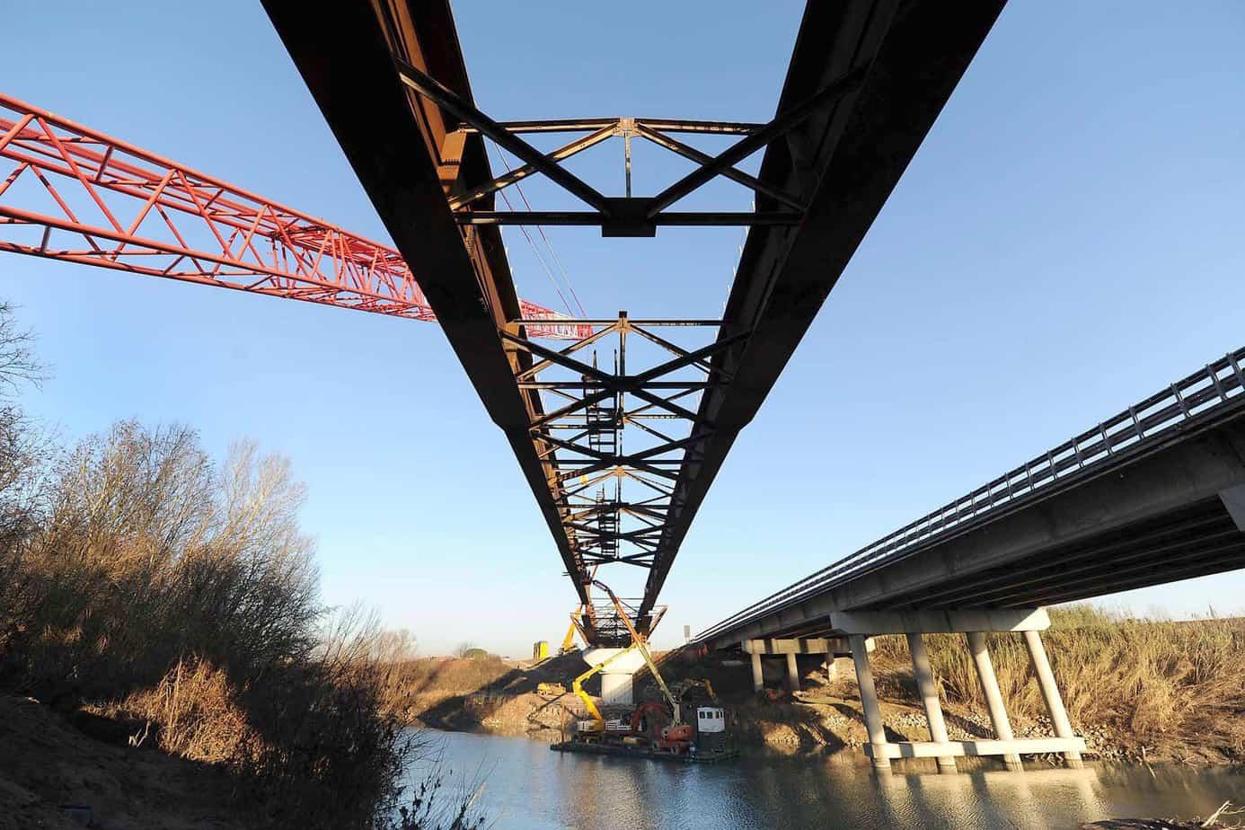 Una fase della costruzione del nuovo ponte sul fiume Piave