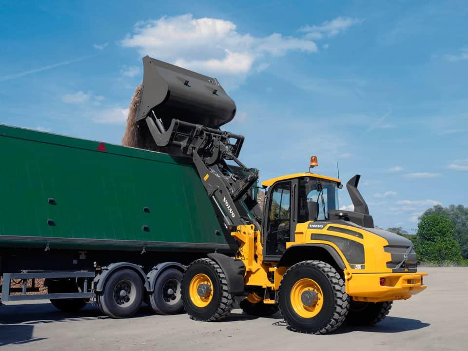 Lo sbraccio elevato e la stabilità del carico consentono di scaricare il materiale negli autocarri alti con grande efficienza