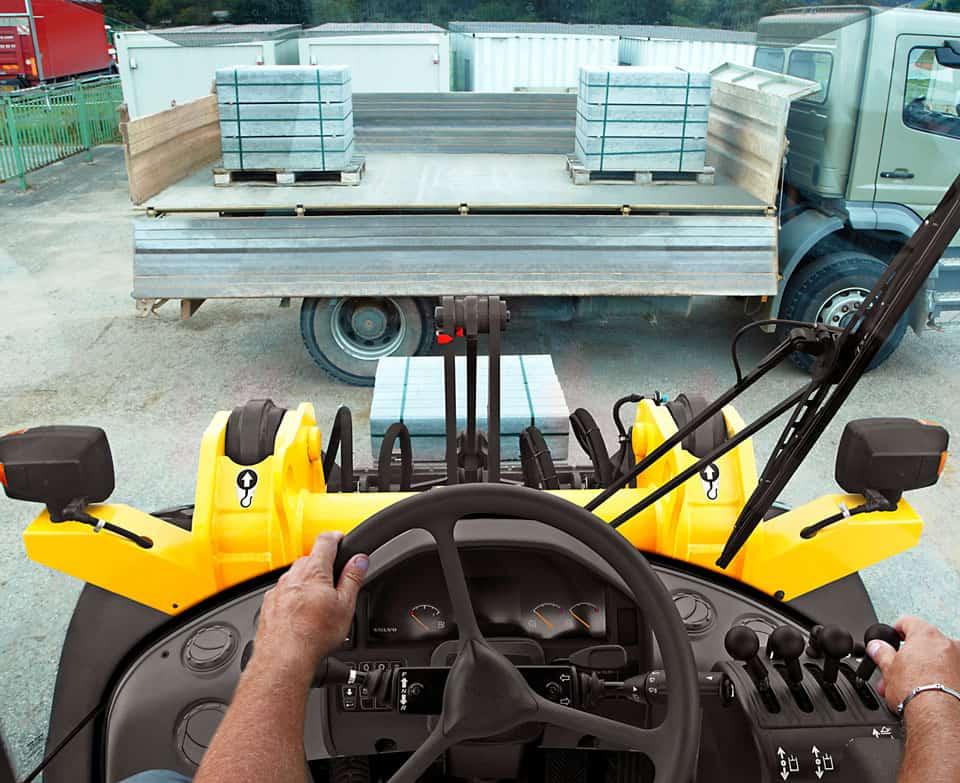 La cabina Volvo offre un ambiente di lavoro ottimale per l'operatore: è spaziosa; il volante, il sedile e il bracciolo sono regolabili; i comandi sono ben posizionati e la visibilità è eccellente, a 360°