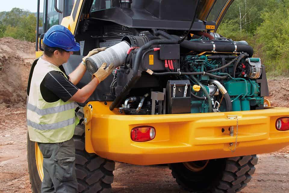 I punti di servizio principali (radiatore, batteria, filtro dell'olio, filtro dell'aria e filtro idraulico) sono facilmente accessibili sotto il cofano motore, quindi i controlli di manutenzione diventano più rapidi e si ha una maggiore disponibilità operativa della macchina