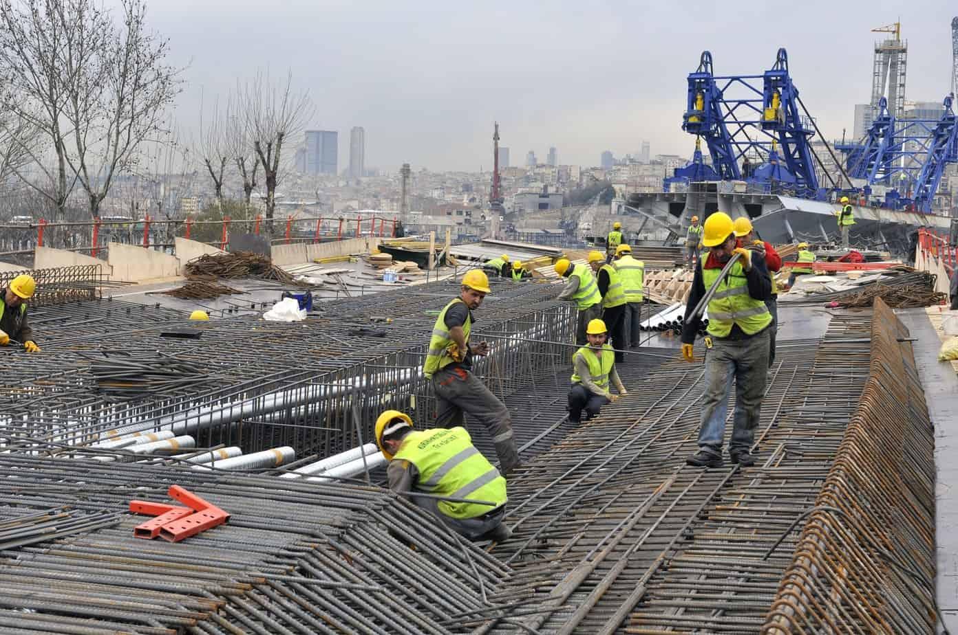 Il montaggio delle armature del viadotto di approccio