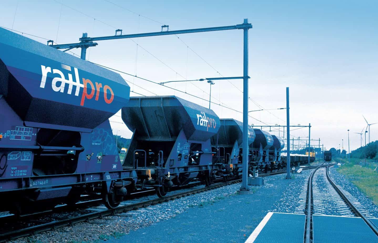 Un treno merci al porto di Rotterdam