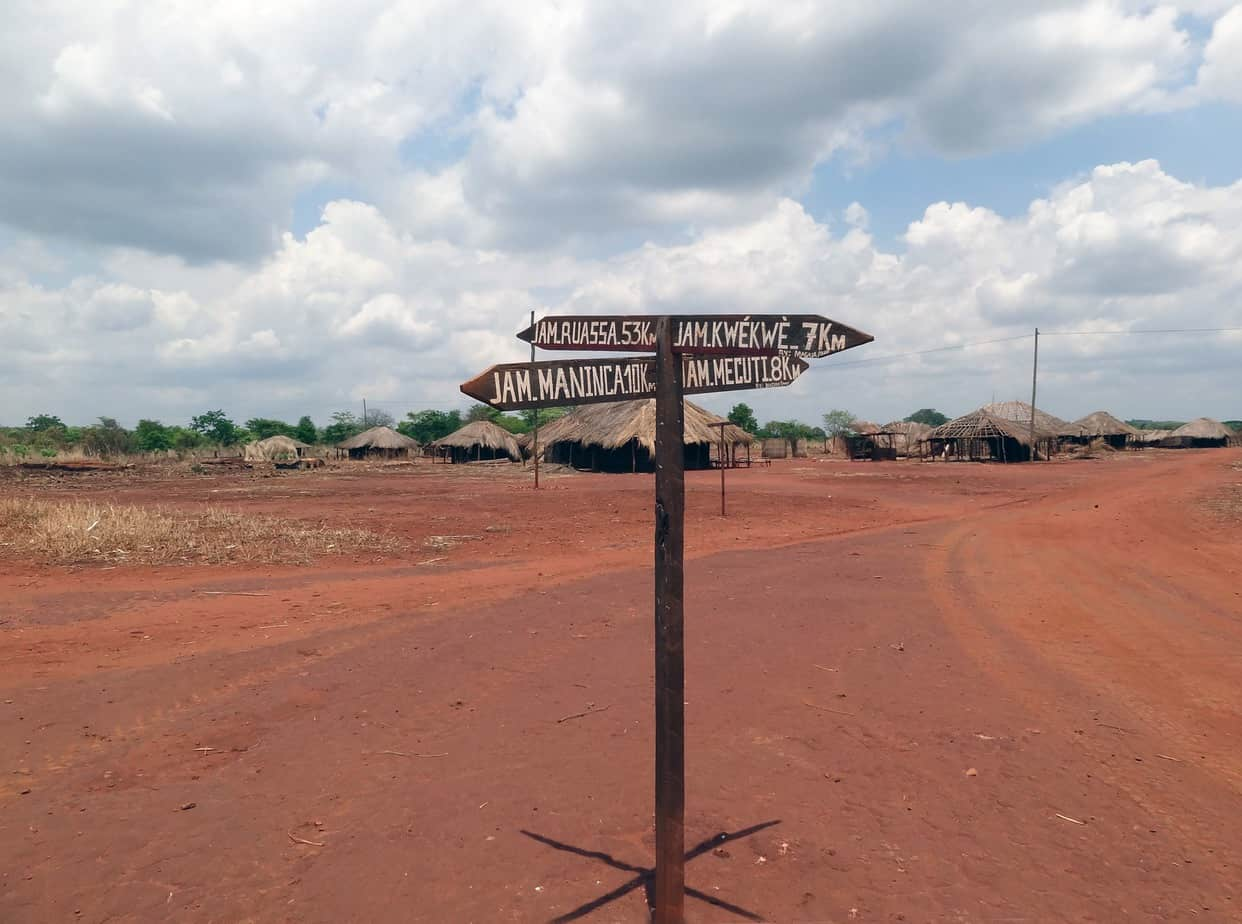 L'attraversamento di un centro abitato tra Balama e Ruaca (progetto Montepuez-Ruaca Road in Mozambico
