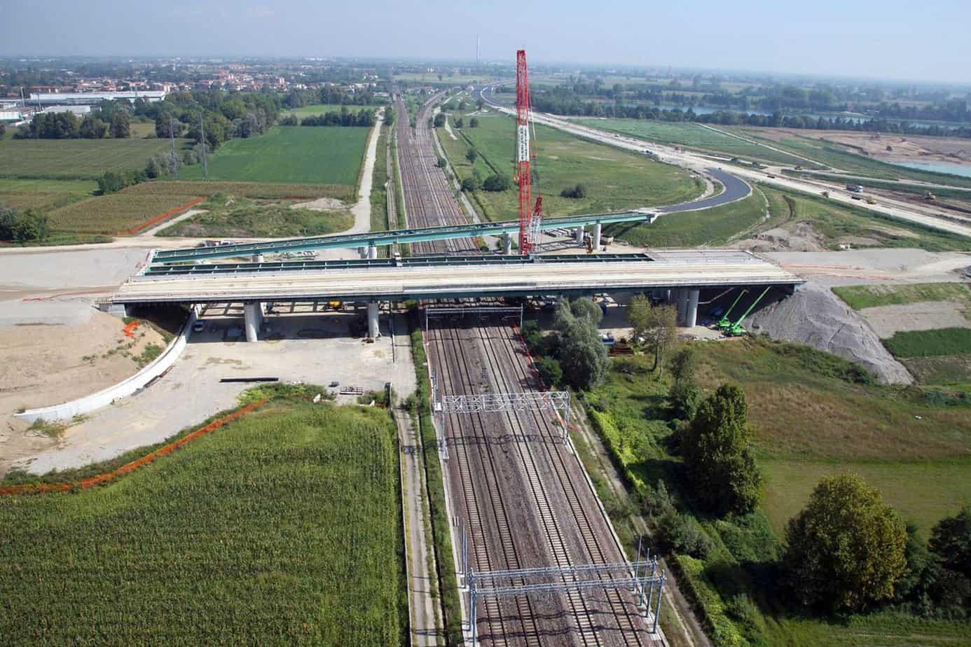 Il viadotto sopra la linea ferroviaria Milano-Bergamo e l'interconnessione con Bre.Be.Mi.