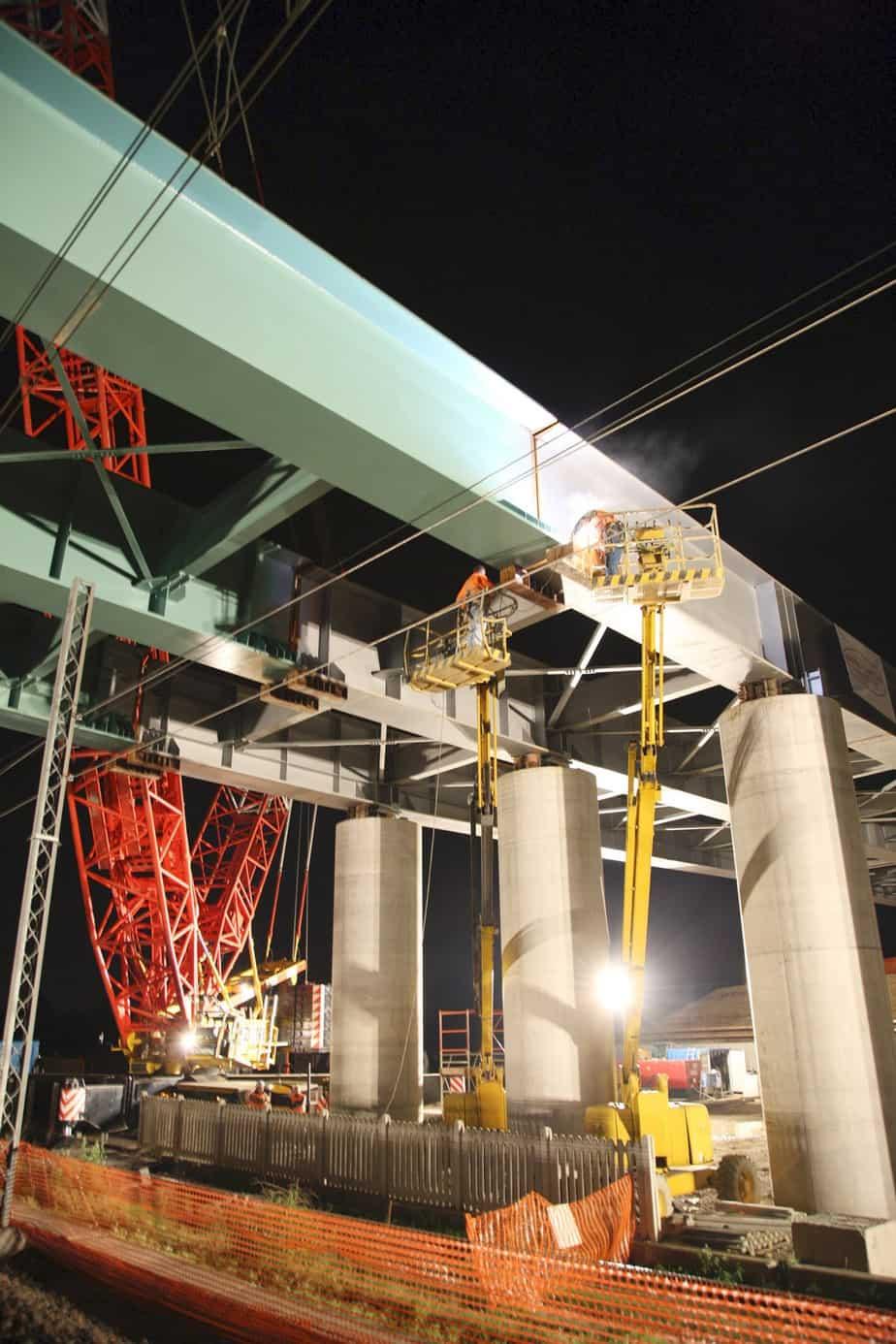 La posa del viadotto sopra la linea ferroviaria Milano-Bergamo