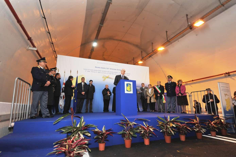 Un momento dell'inaugurazione del nuovo tratto della S.S.125 var, avvenuta all'interno della galleria Murtineddu