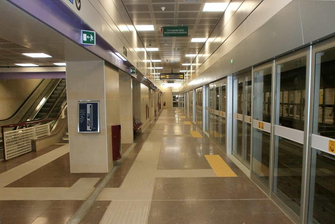 La banchina della stazione Istria della metropolitana lilla di Milano