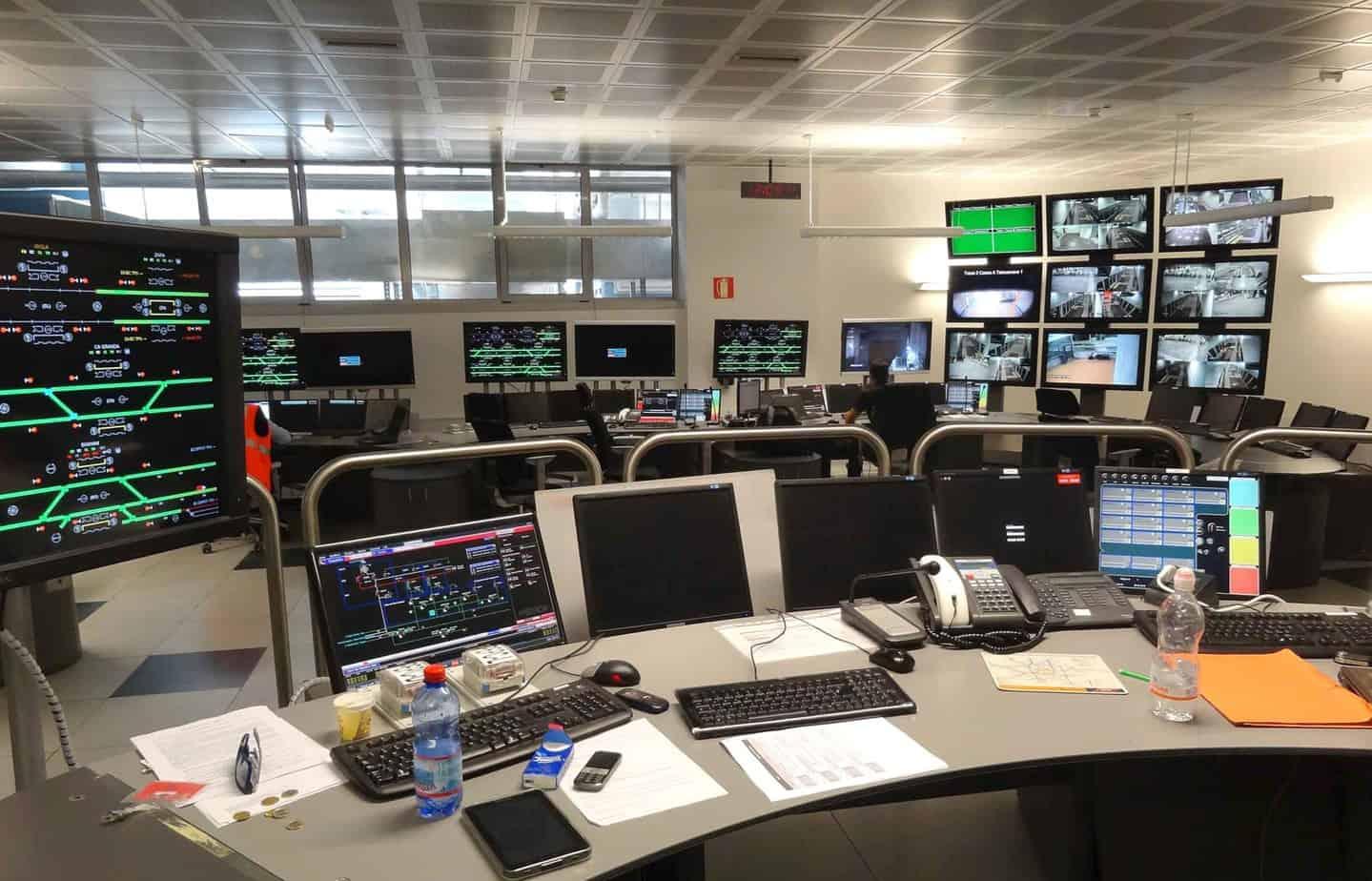 Dal Posto Centrale Operativo si gestisce la supervisione del corretto funzionamento di tutti i sistemi automatici della linea, compresi quelli di sicurezza della linea automatizzata e dell'incolumità dei passeggeri