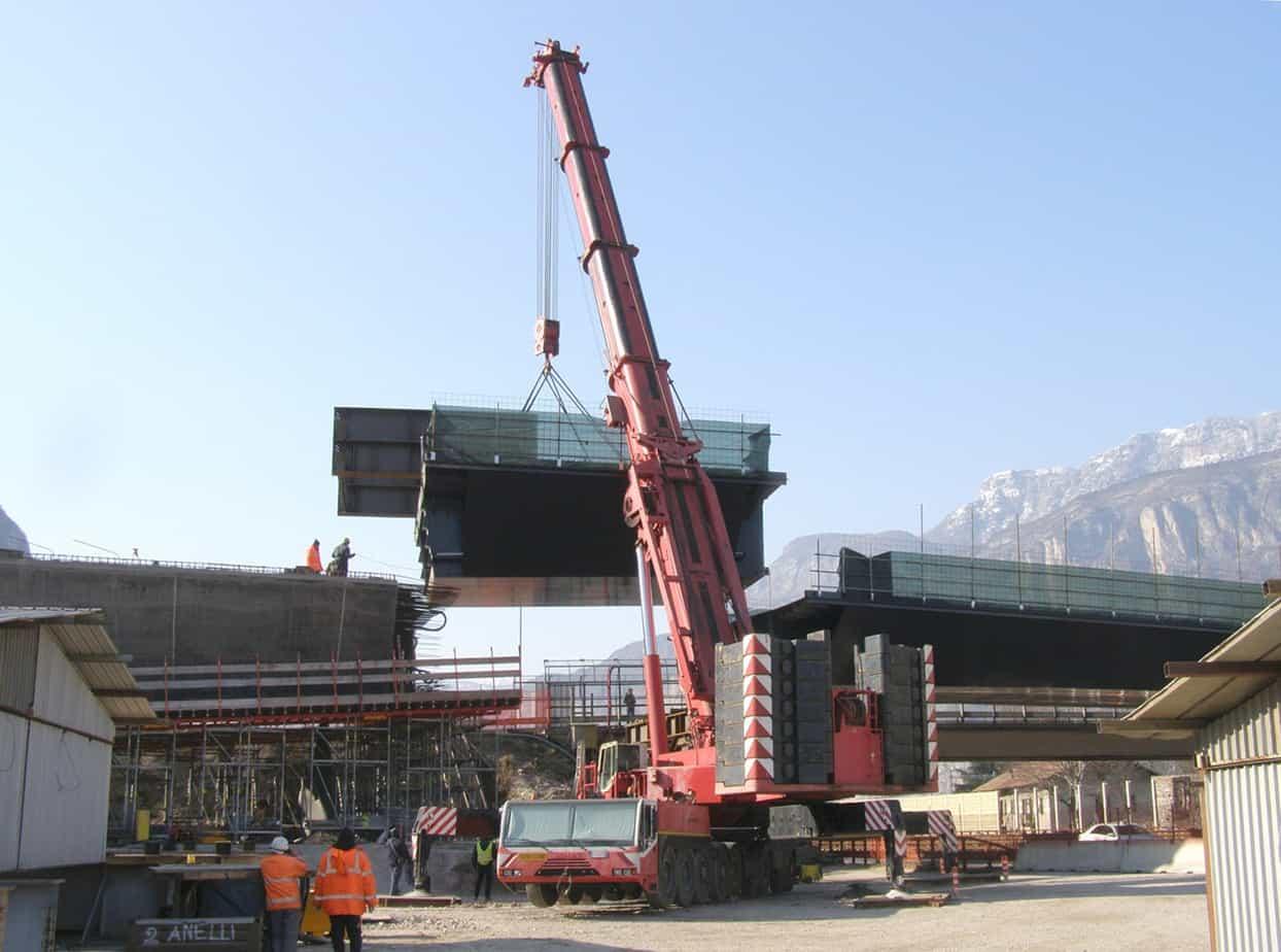 La fase 100: un momento del varo della travata dal lato dell'Autostrada del Brennero