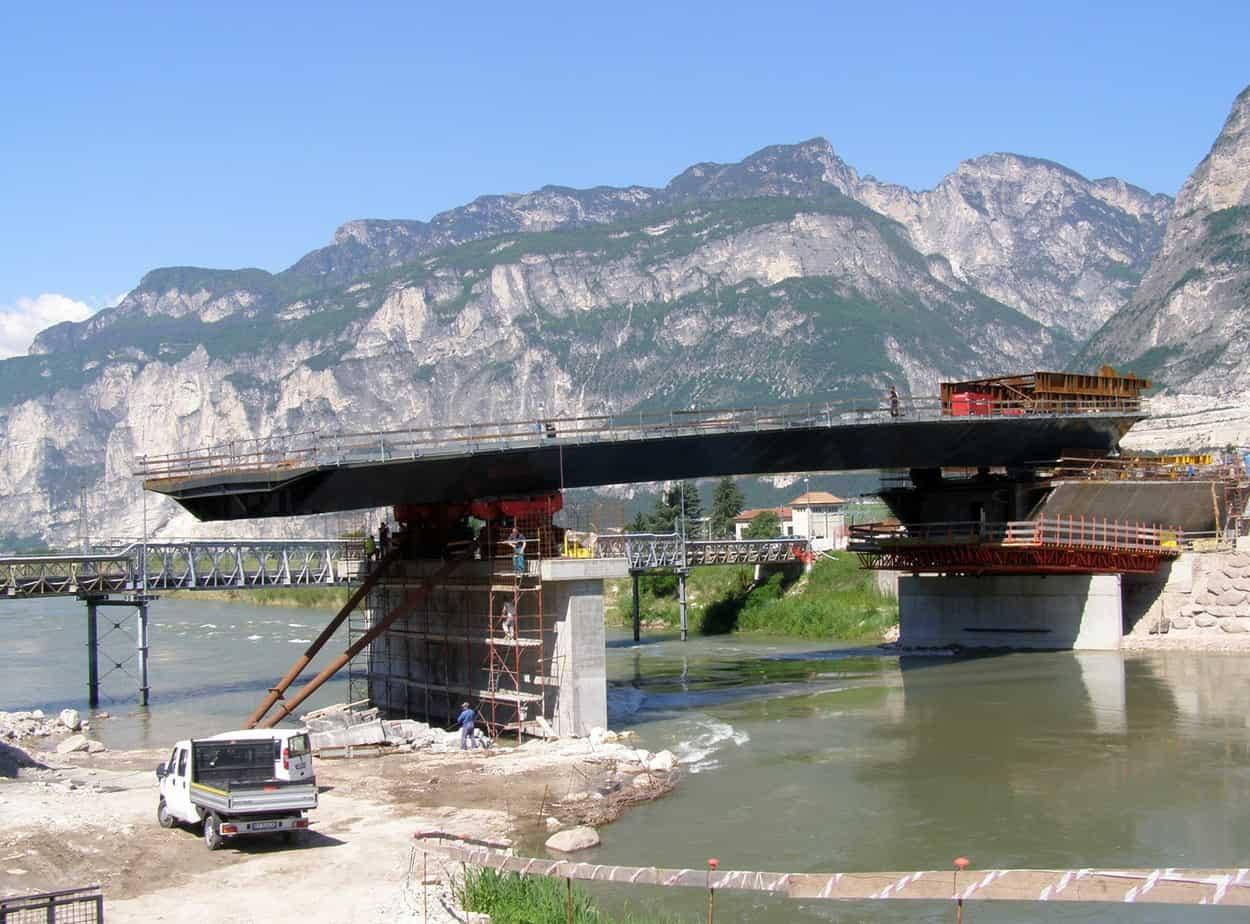 La fase 200: la sequenza di varo della travata dal lato fiume Adige