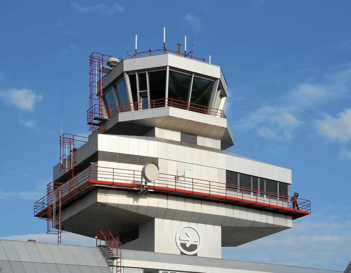 Una torre di controllo per le operazioni di verifica del traffico aereo