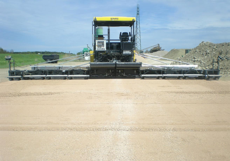 Il nuovo banco S 300 M, con i suoi impressionanti 13 m soddisfa le esigenze di qualità per la stesa d'asfalto