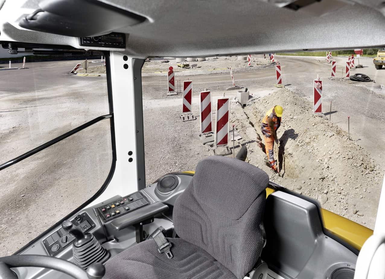 Dalla cabina, dotata di ampie superfici vetrate, una perfetta visuale sull'intera area di lavoro