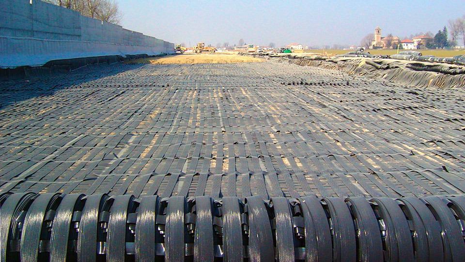 Soluzioni innovative per il rinforzo e il drenaggio di rilevati stradali