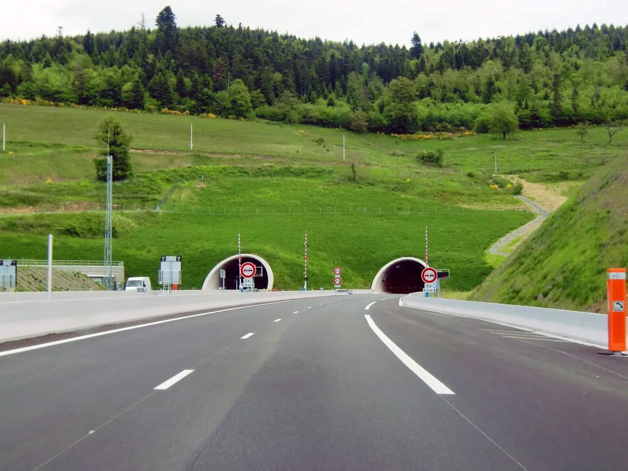 I portali occidentali del tunnel de La Bussiere. Sulla sinistra si nota il locale tecnico
