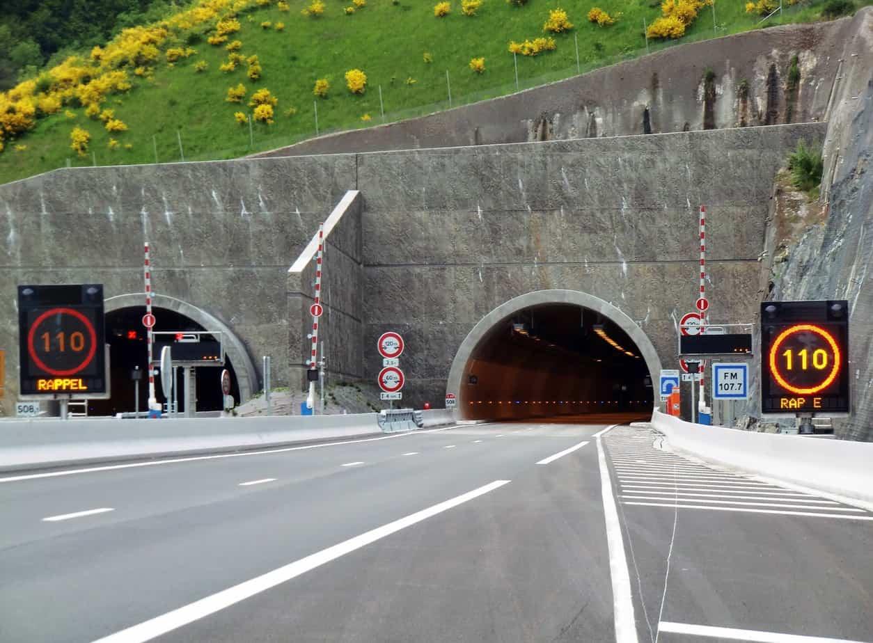 I portali orientali del tunnel di Violay. Si nota il muro antiricircolo dei fumi tra le due canne