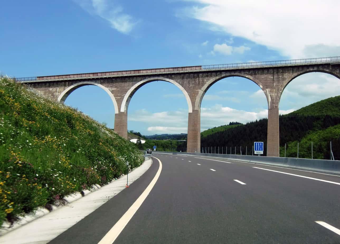 Per salvaguardare lo storico viadotto di Pont Marteau, le carreggiate seguono percorsi indipendenti