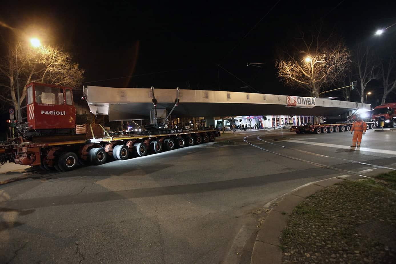 Il trasporto in notturna dei conci di 34 m della passerella: in evidenza i due camion da 11 assi della Ditta Fagioli