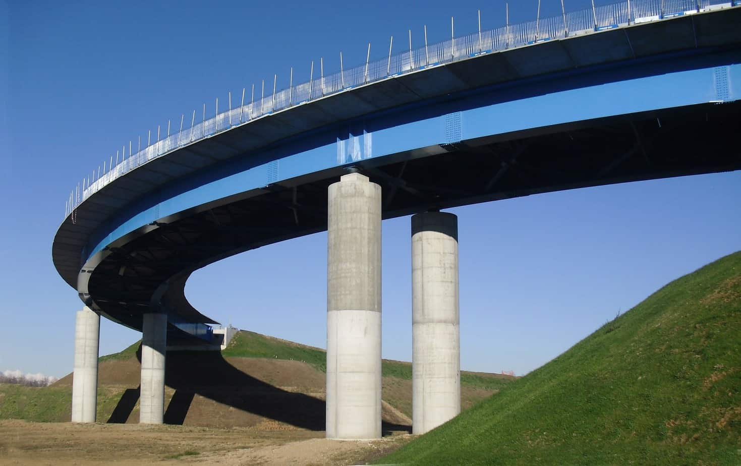 Un viadotto in curva a struttura mista acciaio-calcestruzzo