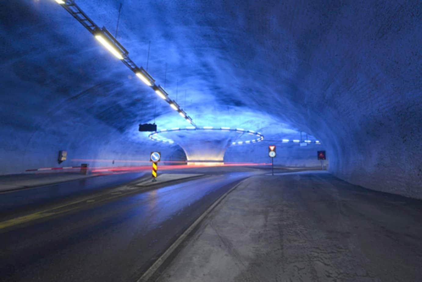 Le interconnessioni con la viabilità esistente sono state realizzate tramite rotatorie in sotterraneo, al cui centro è stato mantenuto un pilastro di roccia di 7 m di diametro