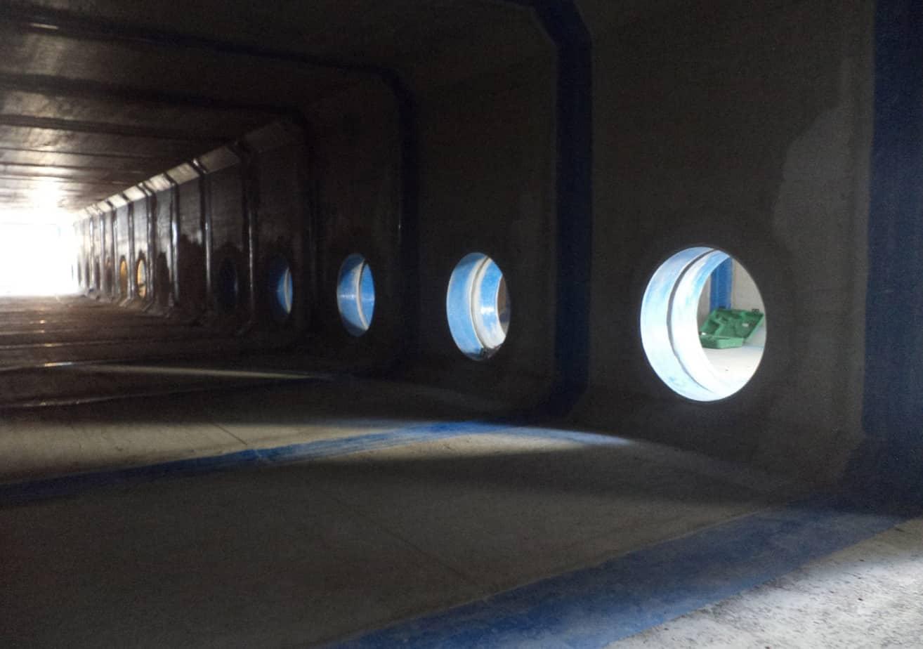 L'interno della prima canna della vasca di accumulo con vista sulla seconda canna tramite i fori di collegamento nel cantiere di Lomazzo