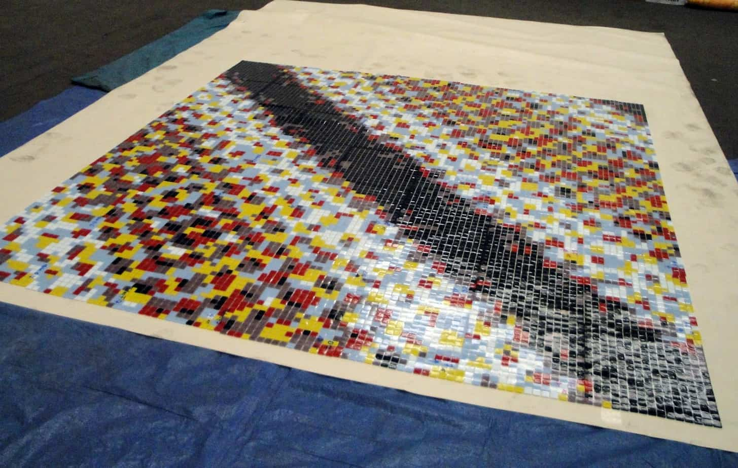L'attento lavoro che ha caratterizzato la posa dei mosaici nelle quattro stazioni della metropolitana. Per l'incollaggio e la stuccatura sono stati utilizzati Keraflex S1, Elastorapid, Ultracolor Plus e Keracolor FF Flex