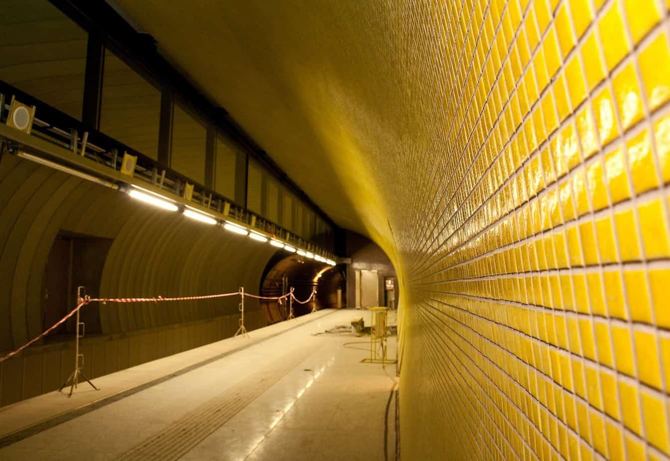 Sui pavimenti dei passaggi, dei corridoi, delle zone aperte al pubblico e degli spazi operativi della Linea M4 sono stati applicati i sistemi di rivestimento in resina, su una superficie complessiva di circa 20.000 m2